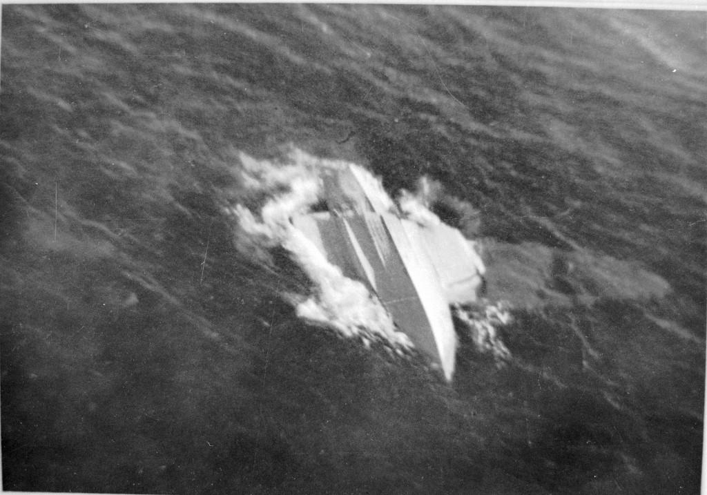 Het wrak van de Do-24 X-17 in het water op de Javazee