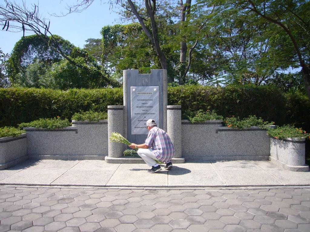 Bloemen leggen voor de omgekomen bemanningsleden van de X17 op Kembang Kuning in 2007