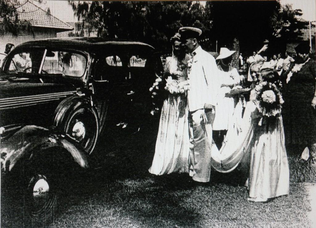 het Bruidspaar Piet Mahu en Annie van Eekelen naar het stadhuis