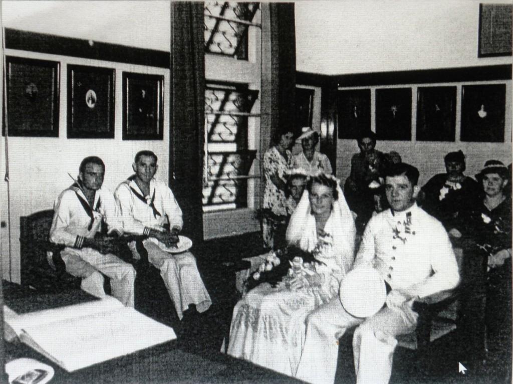 Piet Mahu in uniform zijn kameraden van de Marine waren getuigen van het huwelijk.