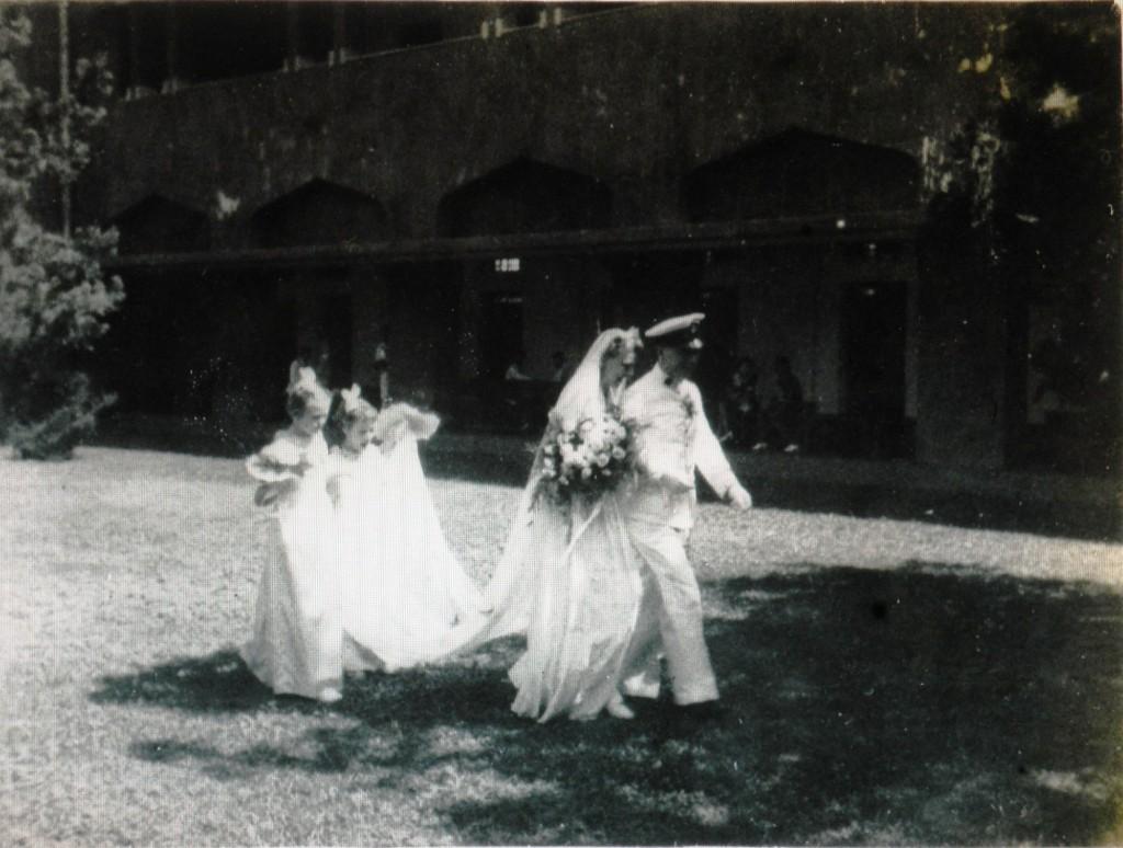 een prachtige trouwjurk van Annie van Eekelen met lange sleep en bruidsmeisjes zoals het hoort