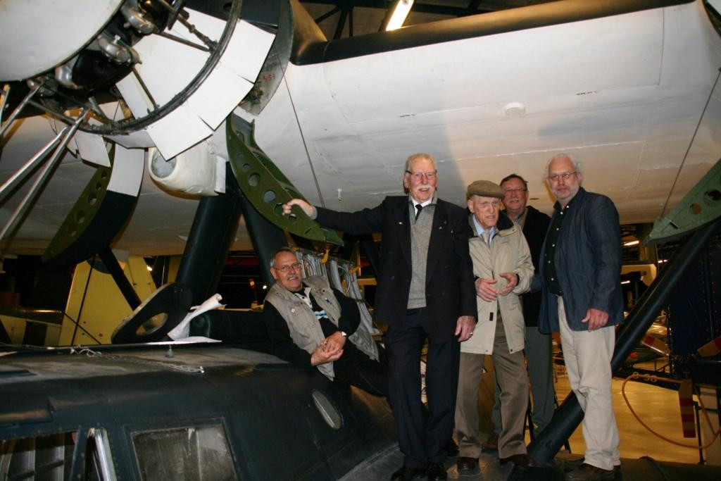 groep met Bert van Willigenburg, Leen Puister, Dick van Scheijen, Buurma, en Prudent Staal