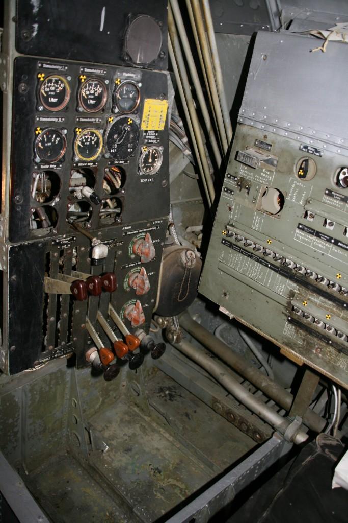 een console met bedieningshandels en afleesinstrumenten