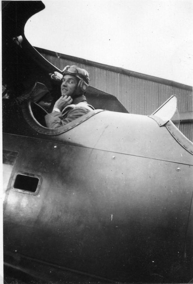 Halberstadt-Robert-Christiaan_first-solo-flight_Kalidjati-12Aug1939
