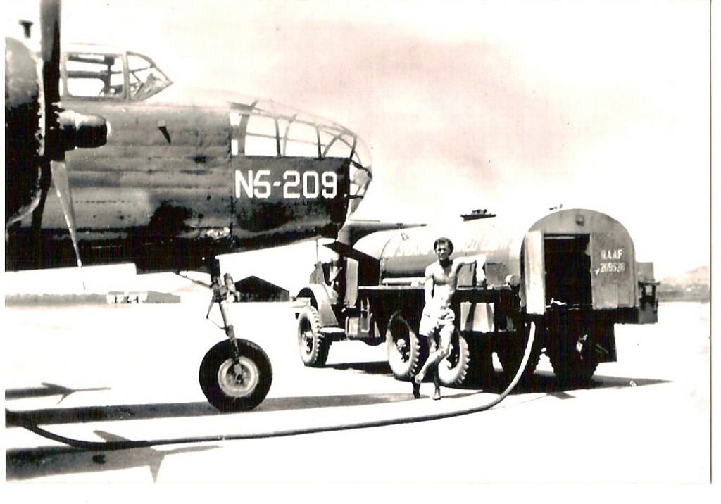Hier-staat-deze-Mitchell-B-25-N5-209-te-tanken-.jpg