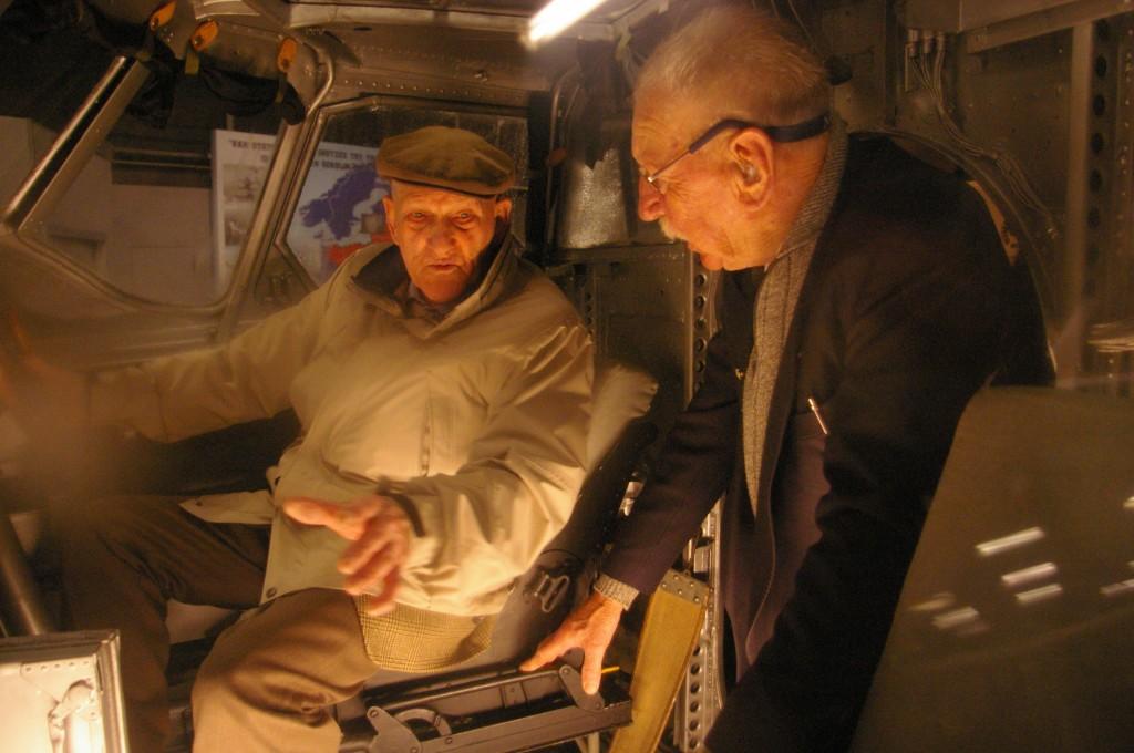 Dick die heeft uitleg aan Leen in de cockpit