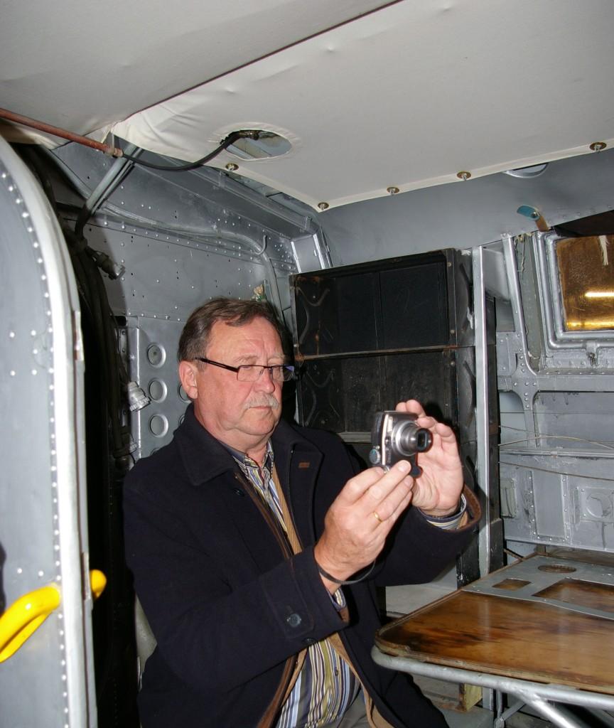 Frits Buurma in de vliegboot Dornier in het Museum van het MLM