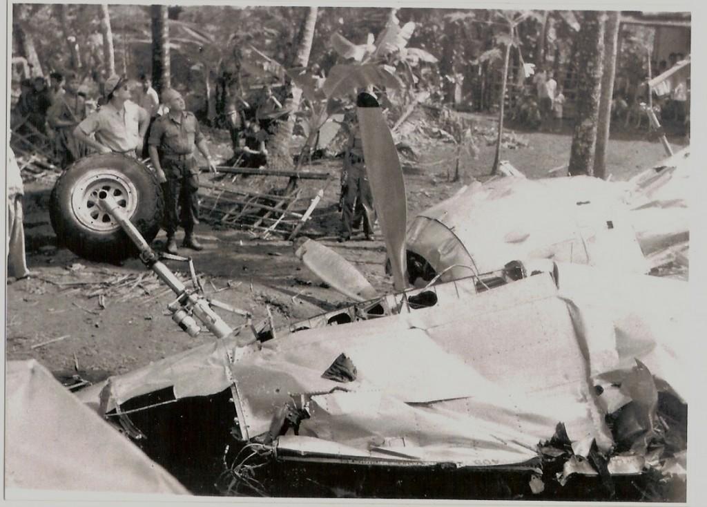 Onderzoekers-na-de-Crash-op-Kroya-15-mei-1949-.jpg