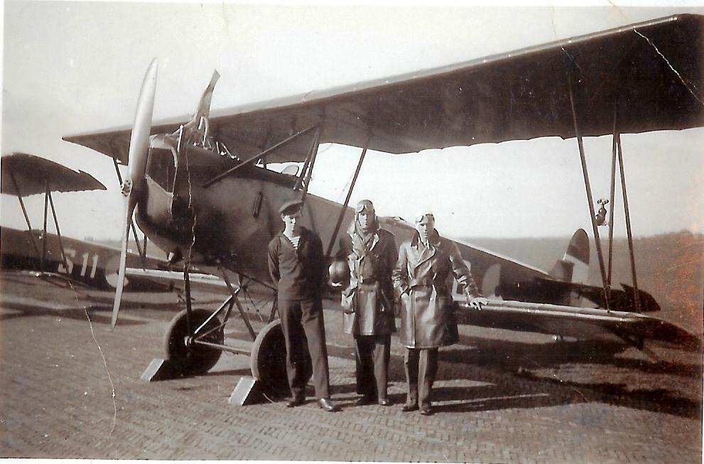 Lestoestel van het merk Fokker S-III waarop links Dhr .Reinier Steens staat