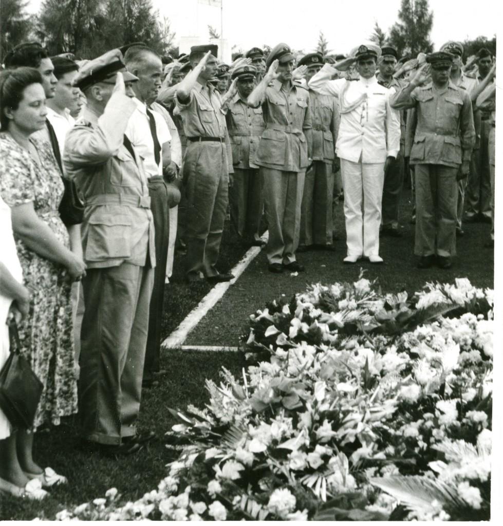 Tjdens deze begravenis stond Generaal Spoor aan de graven van zijn jongens en zijn vriend Jessurun