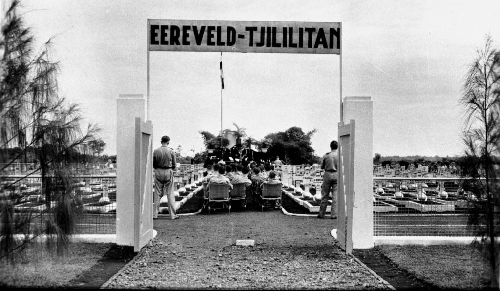 de ingang van het Ereveld Tjililitan waar al zoveel gesneuvelde kameraden liggen.