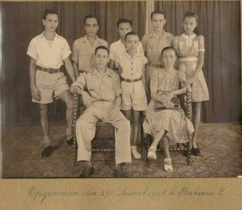 Een familie portret gemaakt in het oude Indië tussen-mijn-opa-en-oma-in-staat-Arie-en-staand-van-links-naar-rechts-Anton-BoyGeorge-mijn-vader-Freddy-Max-en-Tilly