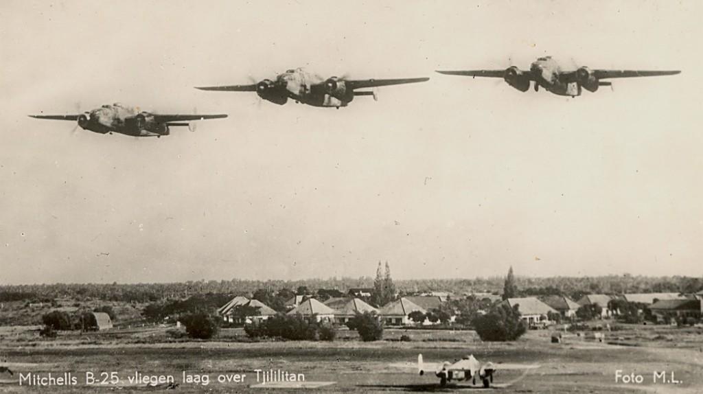 6 anzichtkaart B-25's over tjililitan via krale