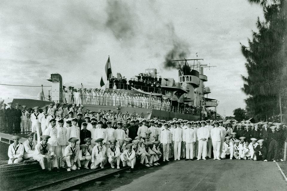 """De voltallige bemanning van de Hr.Ms.""""De Ruyter""""vlak voor de slag in de Javazee."""