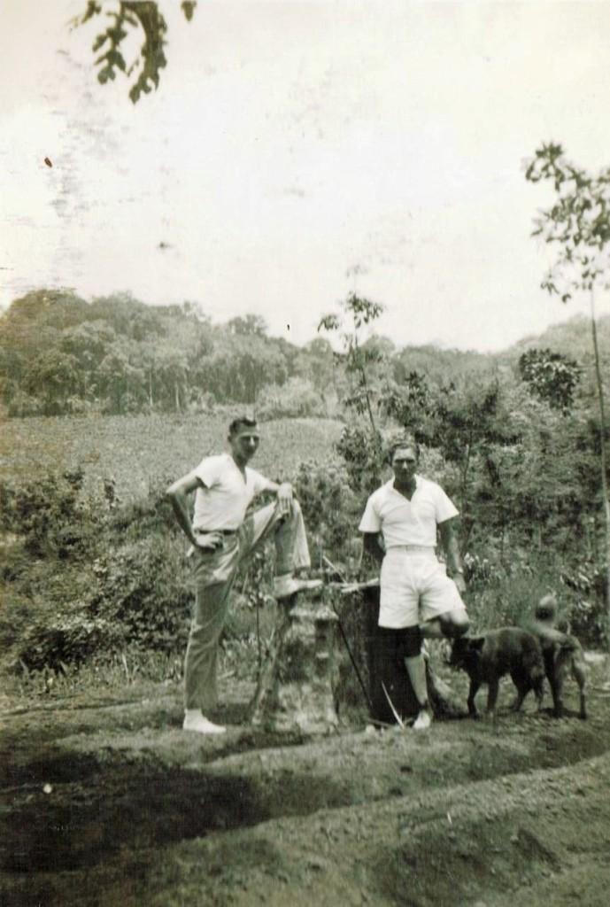 """Cees Leeuwenburgh links naast J.M.Tielman beheerder op Plantage """"Sukamade"""""""