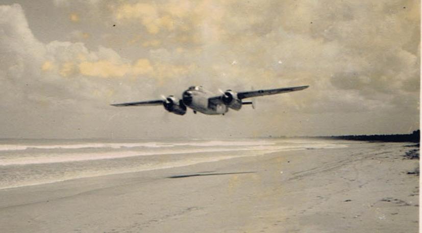 Mitchell B-25 boven het Bali-Beach Strand klaar met zijn fotorun