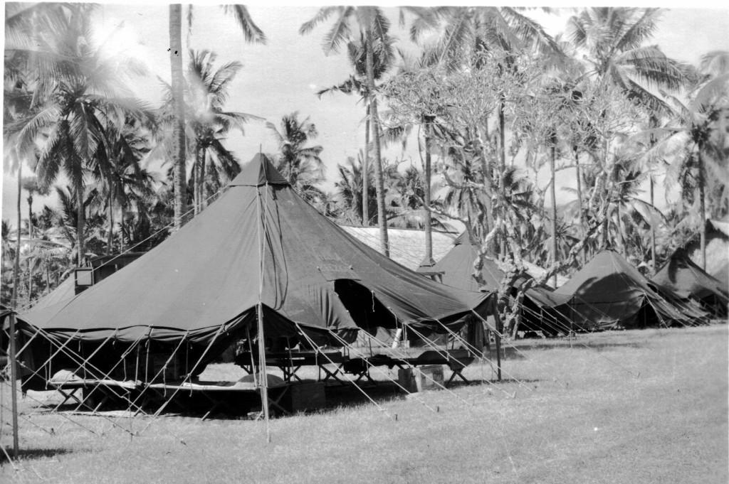 Tenten opstelling in het kamp Koeta-Beach