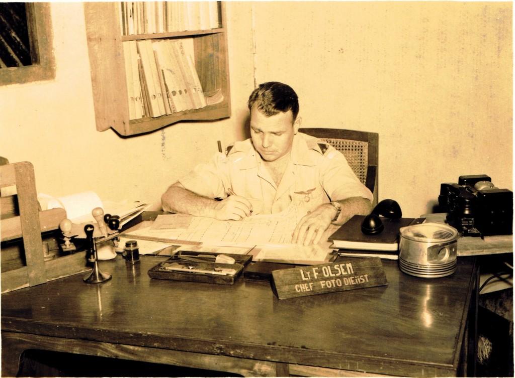 April '49 Olson achter zijn bureau