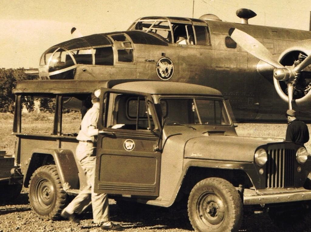Zowel als de Jeep en de Mitchell B-25 dragen het oude P.V/A. embleem