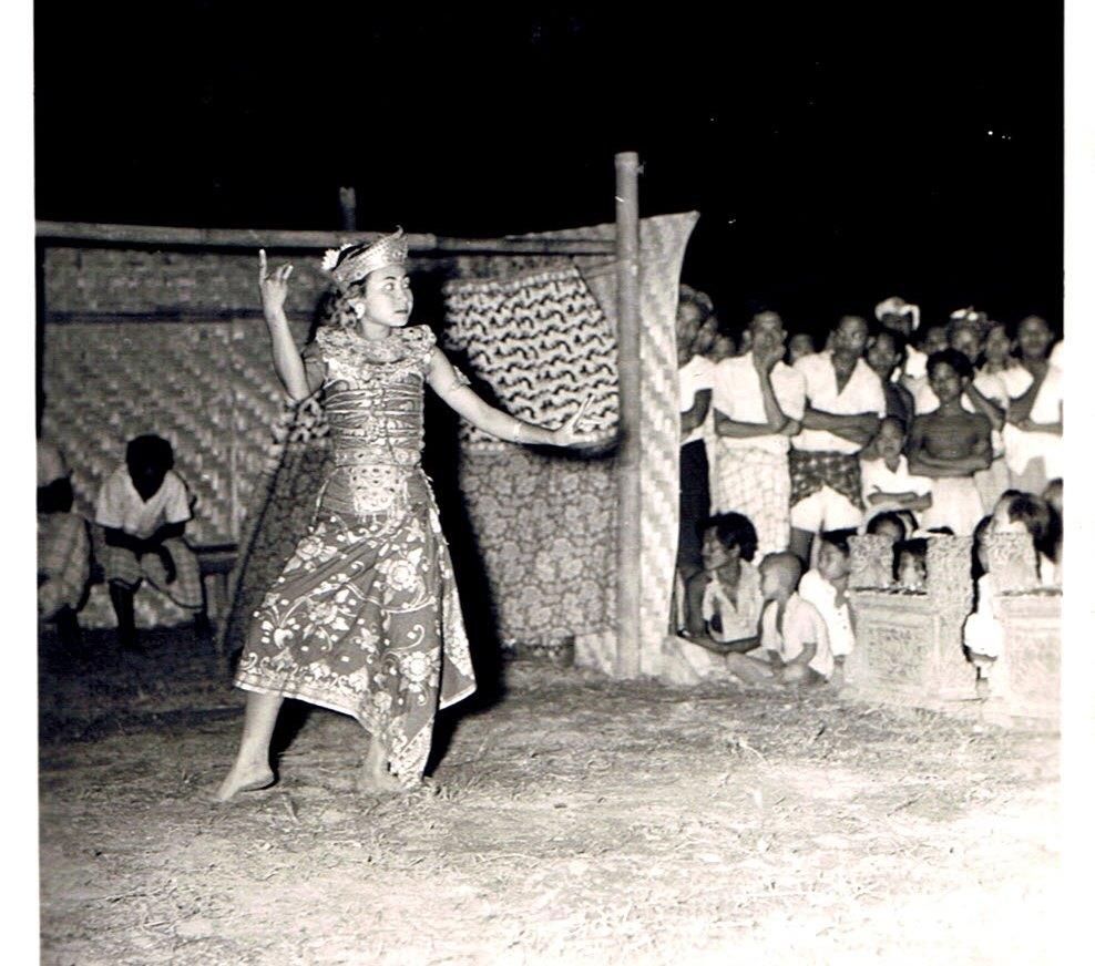 Balinesche danseres in ons kamp in Koeta ter gelegenheid v .h bezoek Amerikaanse Generaal aan Bali