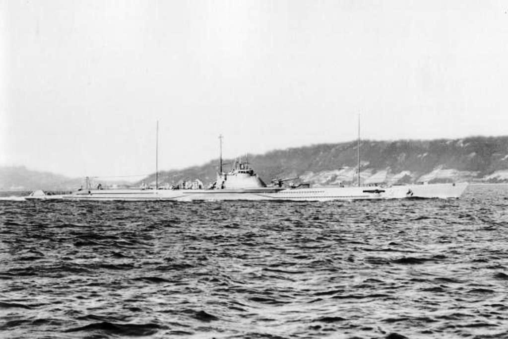 Japanese_submarine_I-164_in_1930