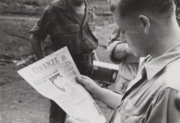 Oranje krant in het kamp Manila